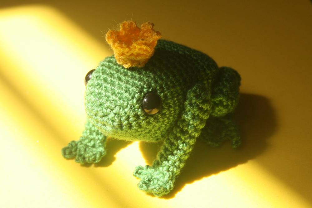 Ivan, the Frog Prince PDF Amigurumi Pattern - Sueños Blanditos | 667x1000
