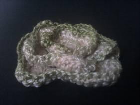 Broche flor de crochet verde