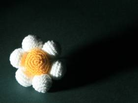 Flor amigurimi blanca