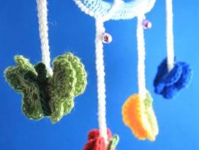 Móvil de mariposas en crochet para bebé